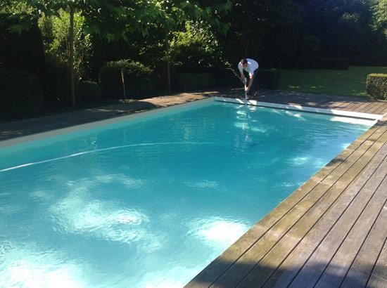 L'eau de la piscine est limpide comme au premier jour
