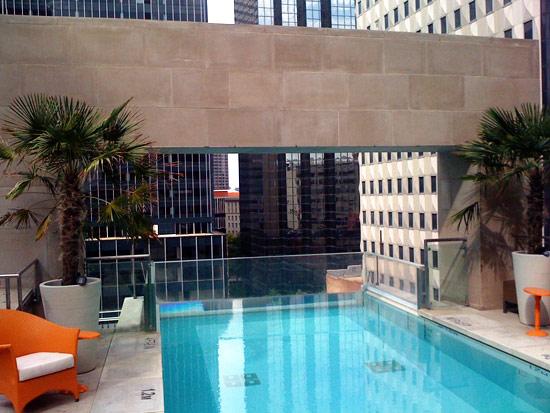 piscine suspendue du joule h tel dallas. Black Bedroom Furniture Sets. Home Design Ideas