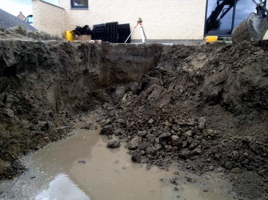 Démarrage de chantier de terrassement piscine avec présence d'eau