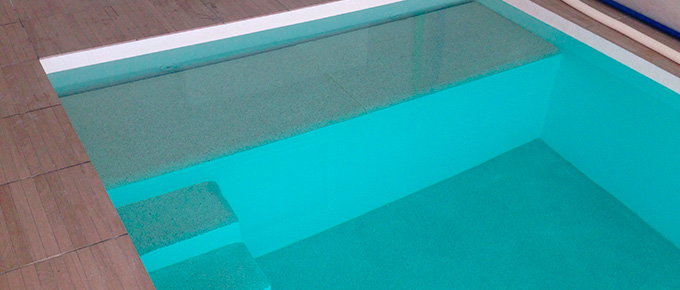 Construction piscine b ton rev tement quartz for Volet roulant immerge piscine miroir